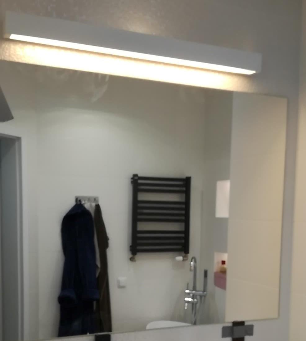 Lustro łazienkowe wieszane na ścianie